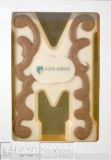 Chocoladeletter wit met logo en garnering
